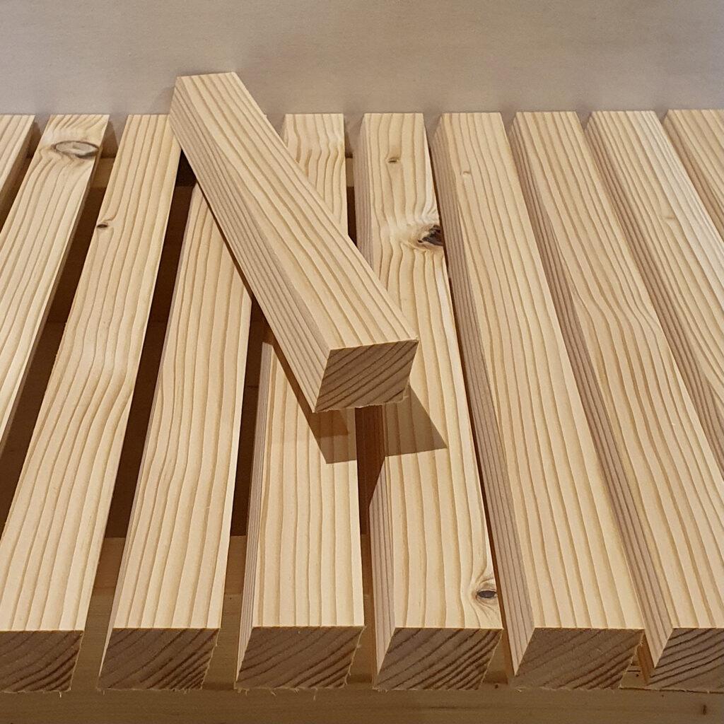 Flotte facadelister i bedste kvalitet Dansk Douglas. 27x39 mm. rhombeprofil til vandret beklædning.